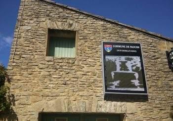 Le panneau d'affichage a été posé face à la Mairie